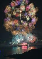 昨年11月の「伊万里湾大花火」。海上から色とりどりの花火が打ち上げられた=伊万里市(長時間露光)