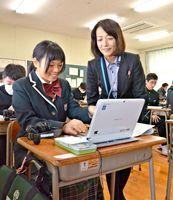 模擬授業で学習用パソコンを体験する中学生=佐賀市の致遠館高