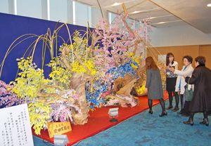 ご神木を使った作品について説明する前田星萌さん(右から二人目)=福岡市の福岡国際会議場
