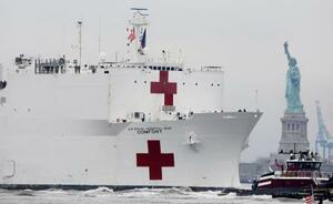 30日、米ニューヨークの自由の女神像付近を航行する米海軍の病院船コンフォート(ロイター=共同)