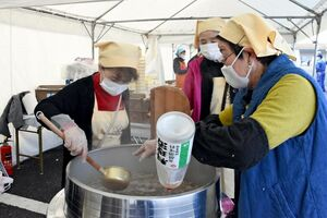 炊き出しで豚汁を作る久保田食生活改善推進協議会のメンバーたち=佐賀市久保田町