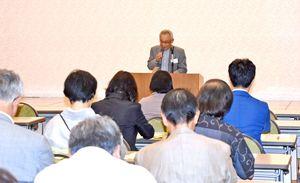 詩人たちが交流する九州詩人祭であいさつする貝原さん=佐賀市のホテル千代田館
