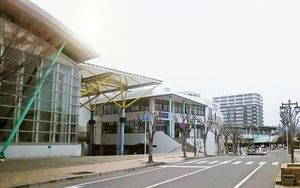 物産展示販売場が入った会館棟、多目的ホールなどを備えた唐津市の「ふるさと会館アルピノ」。右奥がJR唐津駅