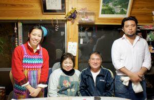 いやしの宿ほのかの(右から)大石啓太さん、純史さん、美子さん、絢子さん