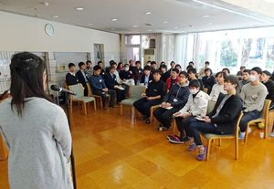 OBらが企画した就職活動の勉強会で熱心にメモをとる寮生=東京・小金井市の松濤学舎