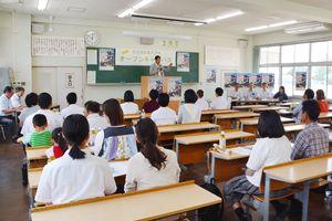 永渕校長から農業大学校の魅力を聞く高校生ら参加者=佐賀市川副町