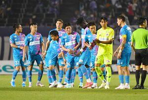 リーグ戦第21節・広島戦で1-1で引き分け、整列する鳥栖イレブン=3日、広島市のエディオンスタジアム広島