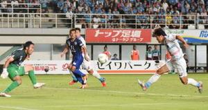 鳥栖-福岡 3点目を奪う鳥栖FW富山(右)=23日、福岡市のレベルファイブスタジアム