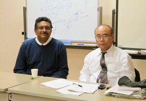 アマラトゥンガさんと指導教員だった佐賀大農学部の白武義治名誉教授(提供写真)