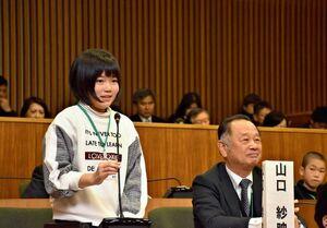 条例案の議案質疑をする東原庠舎中央校6年生=多久市議会議場