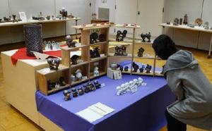 人形や花器など多彩な作品が並ぶ陶芸教室OB有志展=有田町の県立九州陶磁文化館