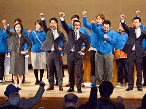 ガンバロー三唱で気合を込める中村一尭氏の事務所開き=鹿島市民会館