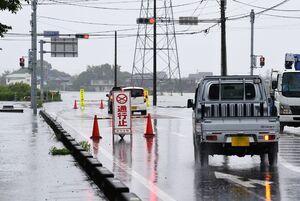 冠水し南東へ向かう道が通行止めとなったこすもす館南交差点=7日午前、三養基群みやき町