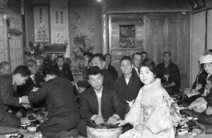 結婚式での1枚。当時は新郎新婦の家で行われ、田中さんはカメラマンとしてよく呼ばれたという