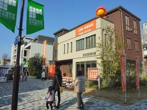 住宅の購入を検討する来場者でにぎわう住宅展示場=2018年、東京都新宿区