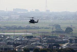 目達原駐屯地から飛び立つ陸上自衛隊のヘリ。写真奥の方角に事故現場となった神埼市千代田町がある=4日午前、神埼郡吉野ヶ里町の陸上自衛隊目達原駐屯地