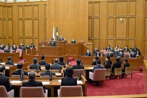 桃崎峰人さんを悼み、哀悼の意をささげた佐賀県議会=県議会棟