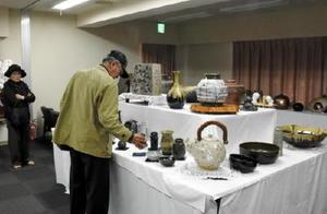 大鉢や酒器、ランプシェードなど多彩な陶器が並ぶ作品展=武雄市のみなと荘