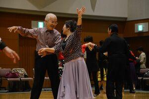 笑顔でダンスに興じるゆめさが大学の同窓生ら=佐賀市兵庫北のメートプラザ佐賀