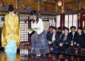 安全祈願祭で玉串を奉納する主演の上白石萌音さん(左から2人目)=鹿島市古枝の祐徳稲荷神社