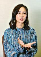 インタビューに応じる優木まおみさん=佐賀市のホテルニューオータニ佐賀
