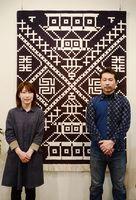コラボ大作「お城絣」と木下由紀子さん(左)、冨久洋さん=佐賀市の高伝寺前村岡屋ギャラリー