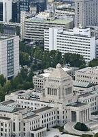 国会議事堂と自民党本部(奥中央)=東京・永田町