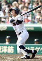 2回戦・伊万里-大阪桐蔭 8回表伊万里1死一塁、7番末吉竜也が左越え適時打を放つ=甲子園