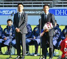 引退セレモニーであいさつする元鳥栖の池田圭氏(手前右)。左は谷口博之氏=鳥栖市の駅前不動産スタジアム