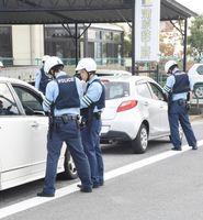 通学路で違反車両を取り締まる佐賀北署員=佐賀市の開成小学校付近
