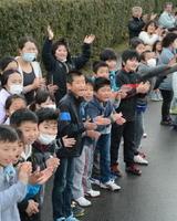 拍手と声援でランナーを力づける子どもたち=佐賀市諸富町