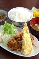 竹輪の肉詰&唐揚げ定食 600円+税 小鉢、ご飯、みそ汁、漬物が付く