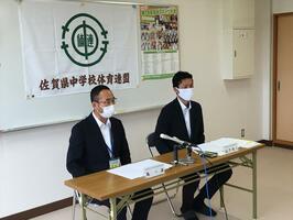 中総体開催について会見を開く県中体連の島一満会長(左)=金泉中