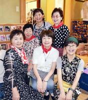 メンバー5人と代表の松尾美代子さん(最後列左)