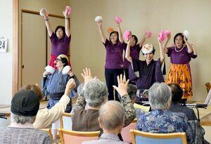 歌や踊りなどを披露し、施設利用者を楽しませる佐賀市北商工会女性部のメンバー=佐賀市の富士大和温泉病院