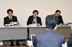 市民団体の質問に答える九州電力エネルギー広報グループの本房克紀課長(中央)ら=福岡市の九電本店