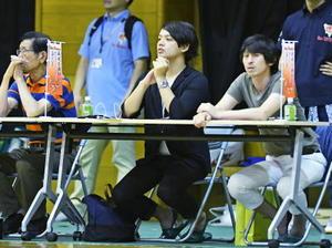 試合を観戦する漫画家のフウワイさん(中央)=神埼市の神埼中央公園体育館