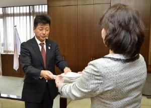 給食費無料化実現を求める署名を受け取る上峰町議会の寺﨑太彦議長(左)=上峰町役場