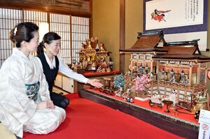 石見屋呉服店では昭和初期から平成まで4世代のひな人形を展示している=伊万里市伊万里町