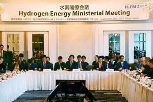 各国のエネルギー担当相が集まり東京都内で開かれた「水素閣僚会議」=25日午前
