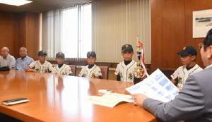 県大会準優勝の報告で鹿島市役所を表敬した鹿島少年の選手たち=同市役所