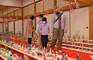 子どもたちが思い思いに作ったひな人形を見て、楽しむ来場者=佐賀市の佐賀城本丸歴史館