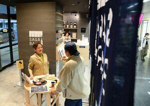 新年度も営業が継続される「SAGA BAR」=佐賀市のJR佐賀駅