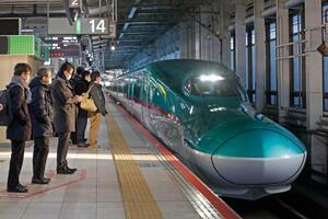 JR仙台駅のホームに入る東京行きの東北新幹線=24日午前6時43分