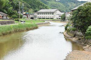 町内を流れる有浦川。写真左側は土地が低くなっており、氾濫した場合浸水被害が想定される