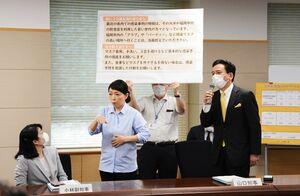 佐賀県の新型コロナウイルス対策本部会議で、福岡市内のクラブなどを訪れることを控えるように呼び掛けた山口祥義知事(右)=県庁