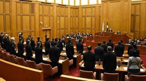 再発防止などを求める意見書を全会一致で可決した佐賀県議会=県議会棟の議場