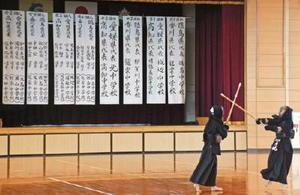 団体に出場する四国の中学校名、個人に出場する選手の名前が掲示された会場で練習する選手=佐賀市の金泉中学校体育館