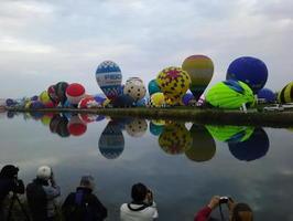 熱気球世界選手権の競技が始まり、次々に立ち上がるバルーン=31日、佐賀市の嘉瀬川河川敷