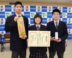 「鍵かけグランプリ」で頂点に立った北陵高校の生徒たち=佐賀市の県警本部